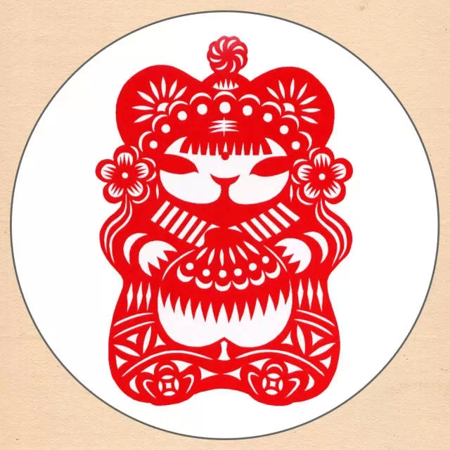 """剪纸在中国农村是历史悠久,并且流传很广的一种民间艺术形式。剪纸,就是用剪刀将纸剪成各种各样的图案,如窗花、门笺、墙花、顶棚花、灯花·等。这种民俗 艺术的产生和流传与中国农村的节日风俗有着密切关系,逢年过节亦或新婚喜庆,常常会贴""""囍""""这个字,人们把美丽鲜艳的剪纸贴在雪白的墙上或明亮的玻璃窗 上、门上、灯笼上等,节日的气氛便被渲染得非常浓郁喜庆。剪纸艺术是汉族传统的民间工艺,它源远流长,经久不衰,是中国民间艺术中的瑰宝,已成为世界艺术 宝库中的一种珍藏。那质朴、生动有趣的"""
